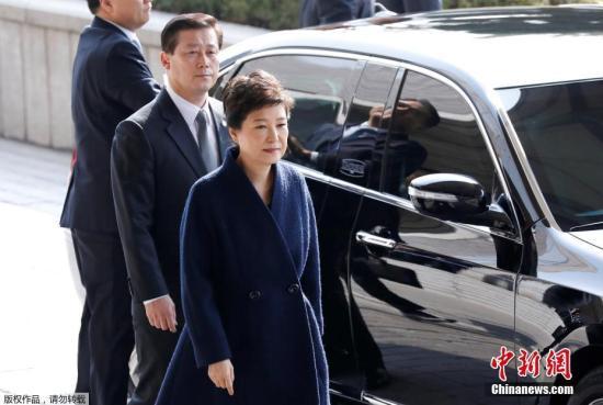 韩国检察厅特别调查本部于当地时间3月21日上午9时30分传唤前总统朴槿惠,对她受贿、滥用职权等嫌疑进行调查,朴槿惠将成为韩国宪政史上第四位被检方传讯的总统。图为朴槿惠抵达检察厅。