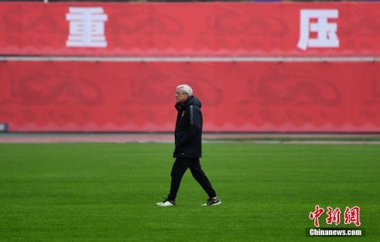 3月21日,长沙持续低温降雨,中国男子足球国家队在长沙贺龙体育中心的训练场再次集训,以备战中国队主场迎战韩国队的世预赛12强赛。图为中国男子足球国家队主教练里皮走在训练场。 杨华峰 摄