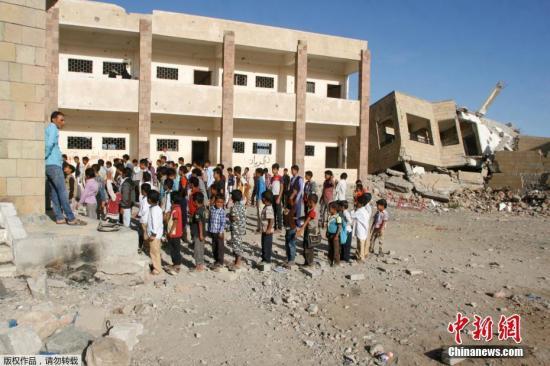 资料图:也门战事导致当地学校损毁严重,学生只能在废墟中上课。