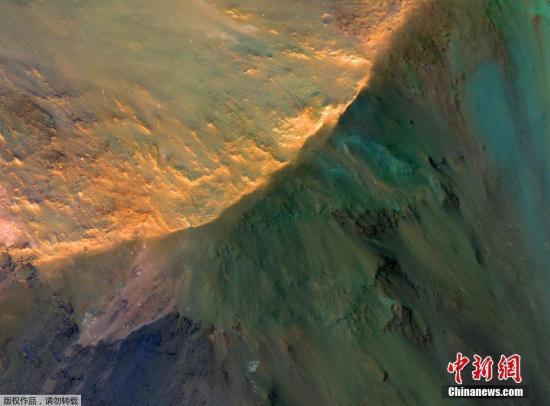 资料图:当地时间2017年3月21日,NASA公开其拍摄的火星水手谷北部乔凡塔深谷中,约1000米高的山丘。