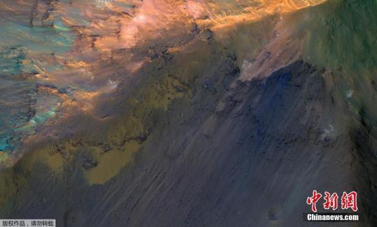 资料图:NASA拍摄的火星水手谷北部乔凡塔深谷中,约1000米高的山丘。