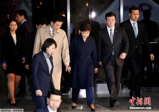 当地时间2017年3月21日夜,韩国首尔,韩国检察厅特别调查本部21日晚11时40分许结束了对前总统朴槿惠的调查。调查共持续14小时,朴槿惠在确认审讯记录内容后归家。