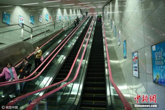 3月21日,重庆轨道6号线的红土地站,处在地下60米,是标准防空洞深度(20米)的3倍,深度居全国地铁站第一。分四层,乘坐扶梯需要3分钟,超过了重庆人引以为傲的两路口皇冠大扶梯。 图片来源:视觉中国