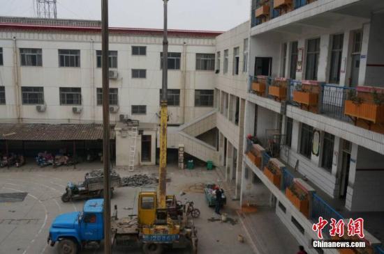 23日上午,记者来到濮阳县第三实验小学(老校区),看到工人们正在紧张地对学校的厕所实施改造。韩章云 摄