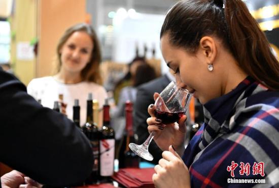 资料图:一名女子在品鉴红酒。(<a target='_blank' href='http://www.chinanews.com/'>中新社</a>记者 刘忠俊 摄)