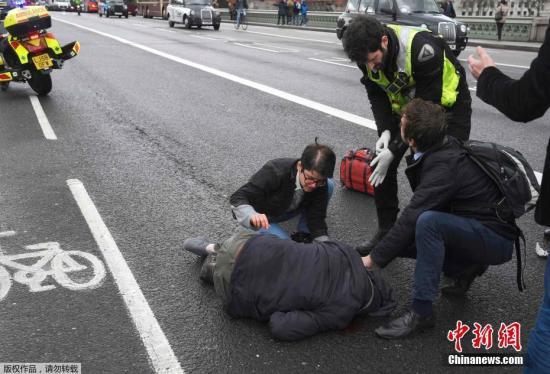 当地时间3月22日下午,英国议会大厦外发生袭击事件,已造成5人死亡,40多人受伤。摄影记者托比·梅尔维尔正在英国议会大厦附近拍摄有关英国脱欧的照片,袭击发生后他记录下了许多现场画面。现场受伤民众伤情严重,围观者自发对伤员展开救援。