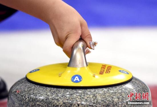 3月23日,2017年女子冰壶世锦赛继续在北京进行,图为中国队选手王芮在比赛中的手部特写。<a target='_blank' href='http://www.chinanews.com/'>中新社</a>记者 侯宇 摄