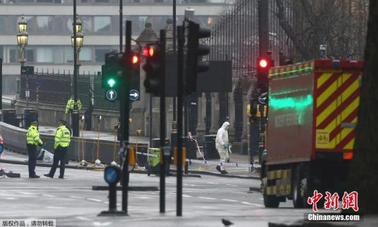 袭击事件发生后,伦敦警方将威斯敏斯特桥等地区封锁。