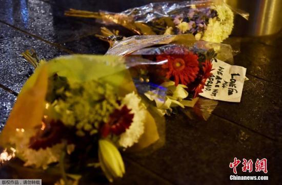 当地时间3月22日,英国议会大厦附近发生恐怖袭击,警方当晚宣布,有5人在此次袭击事件中死亡,其中包括袭击者,另有40多人受伤。图为伦敦民众为遇难者献花致哀。