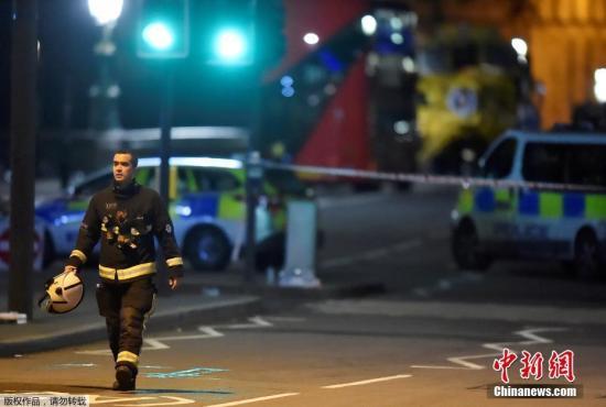 当地时间3月22日下午,英国议会大厦外发生一起袭击事件。来自伦敦警方的消息称,目前这一事件已造成5人死亡,另有约40人受伤,死者包括一名在议会大厦外执勤的警察。