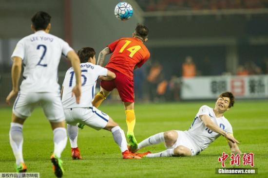 中国队王永珀头球。