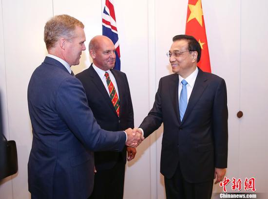 当地时间3月23日下午,中国国务院总理李克强在堪培拉议会大厦会见澳大利亚联邦议会参议长帕里(中)和众议长史密斯。 中新社记者 刘震 摄