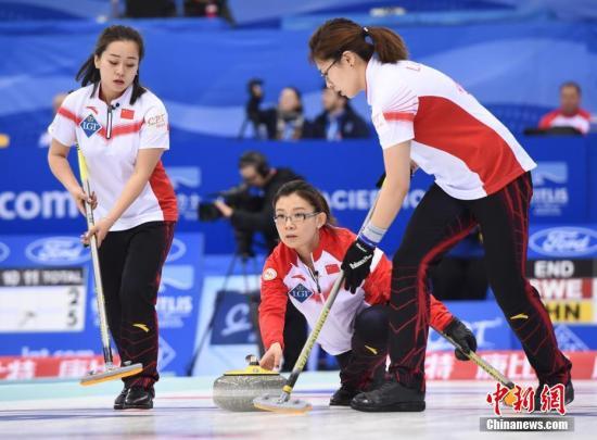 原料图:王冰玉(中)与年轻一代的队友王芮(左)和刘金莉在比赛中。中新社记者 侯宇 摄