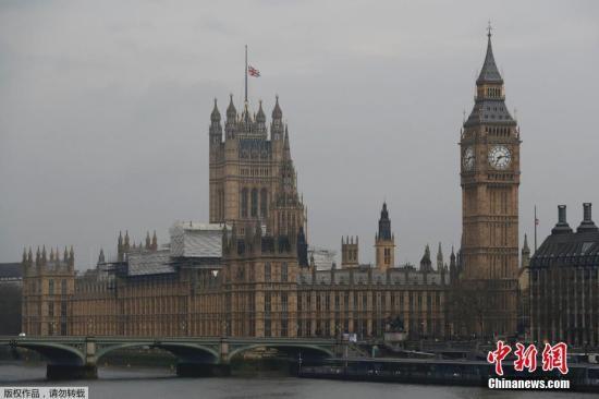 英国国会附近街道依然处于封锁状态,警方建议民众23日出行避开该区域。