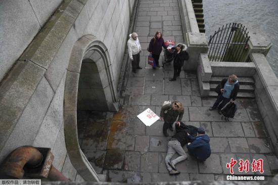 当地时间3月22日下午,英国议会大厦外发生袭击事件,现场受伤民众伤情严重,围观者自发对伤员展开救援。
