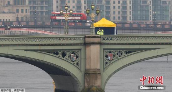 伦敦警方在威斯敏斯特大桥上进行检查。