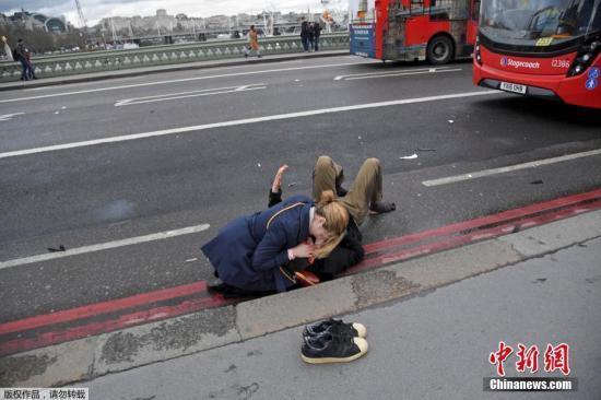 当地时间3月22日下午,英国议会大厦外发生袭击事件,已造成5人死亡,40多人受伤。摄影记者托比・梅尔维尔正在英国议会大厦附近拍摄有关英国脱欧的照片,袭击发生后他记录下了许多现场画面。现场受伤民众伤情严重,围观者自发对伤员展开救援。
