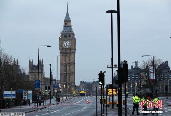 当地时间3月23日,英国伦敦威斯敏斯特大桥上,警方在恐袭事发现场进行检查。英国国会附近22日发生袭击事件,导致包括一名中国游客在内的多国游客受伤。其中,部分伤者系因事发后逃离现场踩踏致伤。