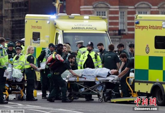 当地时间3月22日下午,英国议会大厦外发生一起袭击事件。图为伤者被送往医院。