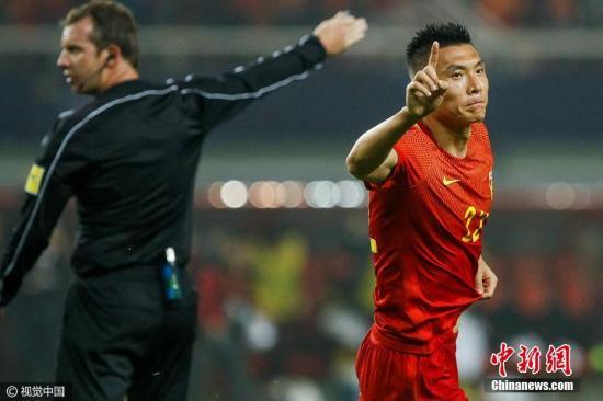当比赛进行到上半场第34分钟,主场作战的中国队率先打破场上僵局。利用角球机会,于大宝抢前点攻门得手,中国队1-0领先。