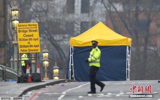 当地时间22日,英国国会外一名警察被人用刀捅伤,警察开枪击中嫌疑人。在枪击发生前,一辆汽车在国会大厦附近的威斯敏斯特大桥冲上人行道,并冲入议会大厦大门,导致多名行人受伤。
