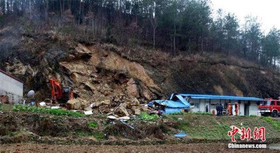 3月23日凌晨4时11分,因受持续阴雨天气影响,湖北房县青峰镇陡口村发生山石滚落,导致山下3间活动平房倒塌,5人被困,其中3人成功自救,2人被埋。事发后,当地政府、消防、公安经过4余小时奋战,救出被埋人员并送医救治。不幸的是,至23日早上8时20分,两人经抢救无效死亡。余沛文 摄