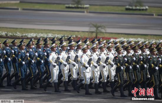 """3月23日,在巴基斯坦首都伊斯兰堡,中国军人参加""""巴基斯坦日""""阅兵仪式。"""
