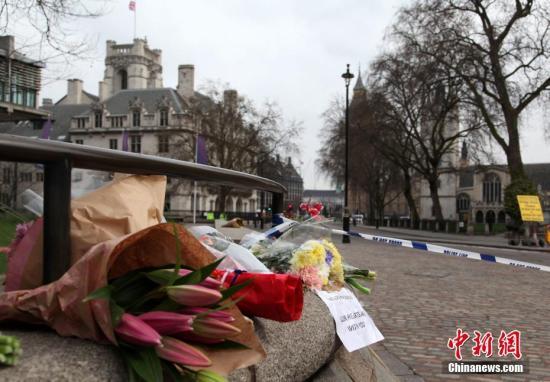 3月23日,伦敦市民在英国议会大厦附近向恐怖袭击事件中的遇难者献花。3月22日,英国议会大厦外发生恐怖袭击事件,造成5人死亡、40余人受伤。 <a target='_blank' href='http://www.chinanews.com/'>中新社</a>记者 周兆军 摄