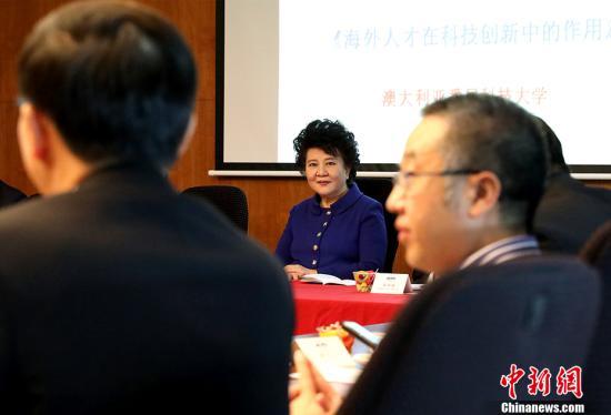 中国国务院侨务办公室主任裘援平3月24日在悉尼科技大学与澳大利亚华侨华人专家学者座谈,畅叙海外人才在科技创新中的作用。图为裘援平仔细聆听专家们的意见。 <a target='_blank' href='http://www.chinanews.com/'>中新社</a>记者 赖海隆 摄