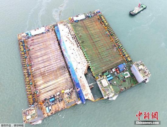 """韩国""""世越""""号沉船整体出水 打捞工作基本成功"""