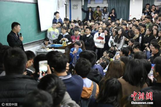 资料图:网红教师讲考研千人围观,学生为听课爬窗台。 图片来源:视觉中国
