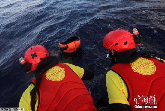 这家机构表示,他们在两艘沉没的船体附近发现五具漂浮的尸体,这五人均为年轻男性,初步判断是溺水身亡。图为3月23日,救援人员在海面上发现遇难者遗体。