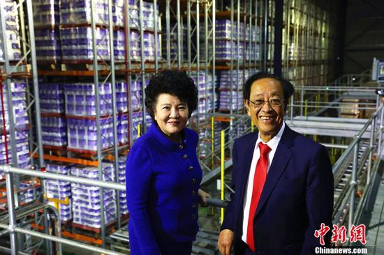 中国国务院侨务办公室主任裘援平3月24日在悉尼参观ABC纸业。ABC纸业集团董事长魏基成热心公益,从上世纪80年代开始就投身家乡的慈善公益活动。 <a target='_blank' href='http://www.chinanews.com/'>中新社</a>记者 赖海隆 摄