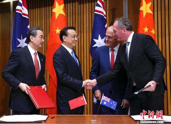 当地时间3月24日上午,中国国务院总理李克强在堪培拉议会大厦同澳大利亚总理特恩布尔举行第五轮中澳总理年度会晤。会晤后,两国总理共同见证中澳经贸、创新、农业、食品、知识产权、执法安全、旅游、教育等多项双边合作文件的签署。 中新社记者 刘震 摄
