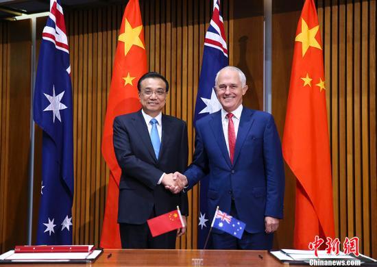当地时间3月24日上午,中国国务院总理李克强在堪培拉议会大厦同澳大利亚总理特恩布尔举行第五轮中澳总理年度会晤。会晤后,两国总理共同见证中澳经贸、创新、农业、食品、知识产权、执法安全、旅游、教育等多项双边合作文件的签署。 <a target='_blank' href='http://www.chinanews.com/'>中新社</a>记者 刘震 摄
