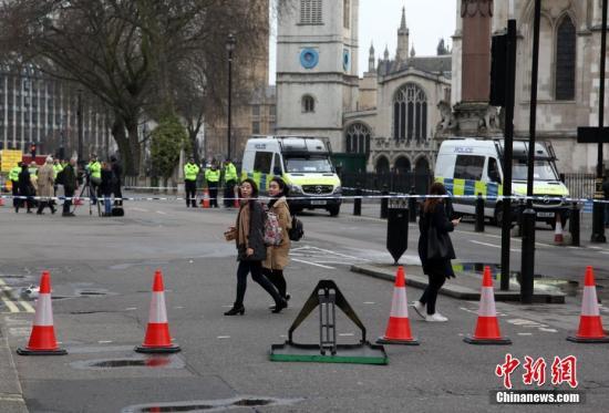当地时间3月23日上午,英国议会大厦周边仍处于封锁状态,警察在附近街道拉上警戒线,不允许车辆、行人进入。3月22日,英国议会大厦外发生恐怖袭击事件,造成5人死亡、40余人受伤。 <a target='_blank' href='http://www.chinanews.com/'>中新社</a>记者 周兆军 摄