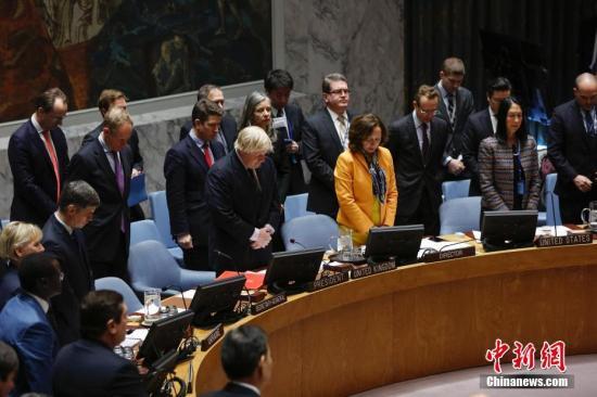 当地时间3月23日,联合国安理会在纽约联合国总部举行会议。会前,主持会议的英国外交大臣约翰逊(前排右四)提议为伦敦恐袭遇害者默哀。22日下午英国议会大厦外发生的恐怖袭击事件已造成5人死亡,40多人受伤。 <a target='_blank' href='http://www.chinanews.com/'>中新社</a>记者 廖攀 摄