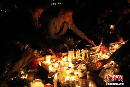 3月23日晚,伦敦民众在市中心的特拉法加广场举行烛光集会,悼念此前一天发生在英国议会大厦附近的恐怖袭击事件遇难者。 <a target='_blank' href='http://www.chinanews.com/'>中新社</a>记者 周兆军 摄