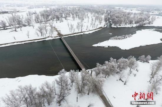 位于北疆的额尔齐斯河流域却还是一片银装素裹的景象。陈洋 摄