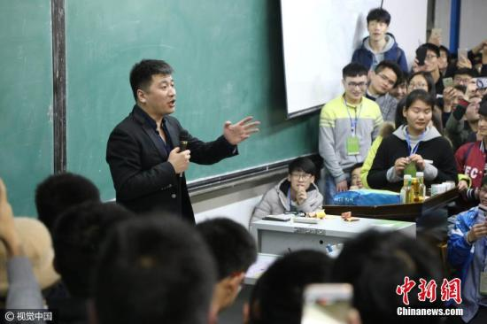 教师授课。(资料图) 图片来源:视觉中国