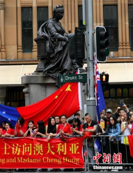正在悉尼访问的中国总理李克强3月25日出席在悉尼市政厅举行的澳大利亚侨界欢迎宴会。图为在悉尼市政厅附近的伊莉莎白塑像下自发聚拢了很多争睹总理风采的当地华人。中新社记者 赖海隆 摄
