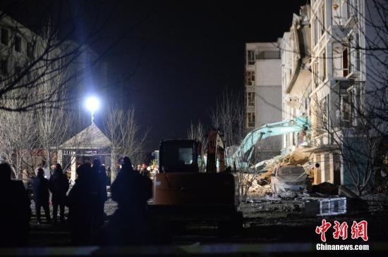 3月25日,发生爆炸的楼体,正在实施救援。当日,内蒙古自治区包头市土右旗一居民小区发生爆炸。<a target='_blank' href='http://www.chinanews.com/'>中新社</a>记者 刘文华 摄