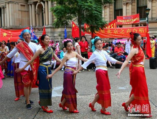 正在悉尼访问的中国总理李克强3月25日出席在悉尼市政厅举行的澳大利亚侨界欢迎宴会。图为当地华人在市政厅附近载歌载舞,表达欢迎之情。<a target='_blank' href='http://www.chinanews.com/'>中新社</a>记者 赖海隆 摄