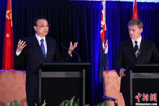 当地时间3月27日,中国国务院总理李克强与新西兰总理英格利希在惠灵顿总理府会谈后共同会见记者,并回答提问。中新社记者 刘震 摄
