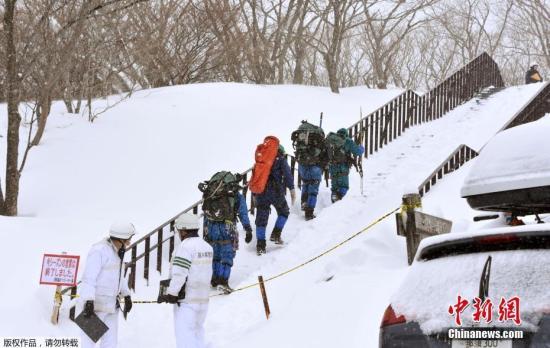 """当地时间3月27日上午9时20分左右,日本�心鞠啬切腩�的""""那须温泉家庭滑雪场""""发生雪崩,正在此地进行登山训练的数名高中生不幸被卷入。截至发稿时,已确认6人心肺功能停止、3人行踪不明、3人受伤。"""