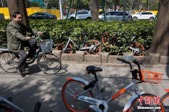 资料图:在南京市北京东路上,大批共享单车停放在慢车道,密密麻麻蔓延百余米。中新社记者 泱波 摄
