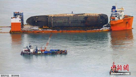 """据韩联社报道,韩国海洋水产部(简称""""海水部"""")3月26日消息,为将""""世越""""号沉船运至木浦新港,打捞组正加速进行排水和除油工作。"""