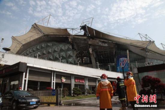 8时16分,警方接110报警称:虹口足球场着火。公安、消防等部门到场处置,目前火势已熄灭,无人员伤亡,火灾原因在进一步调查中。(供图)