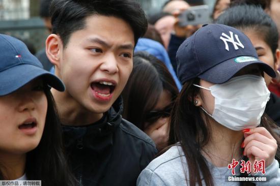 当地时间3月26日晚,居住在法国巴黎19区的青田籍华人男子被破门而入的执法警察开枪打死。法新社报道称,首都巴黎的亚裔社区因此事举行示威抗议活动,并演变成暴力冲突。法国警方28日表示,他们逮捕了35名示威者。图为当地时间28日,在法国巴黎的亚裔民众在巴黎警察局门外与法国防暴警察对峙。