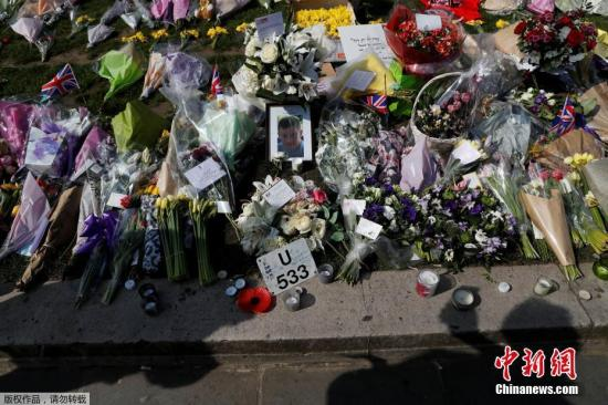 当地时间2017年3月27日,英国伦敦,民众持续在议会大楼前献花悼念恐袭遇难者。